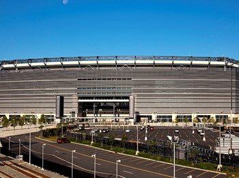 The MetLife Stadium Company wanted a technologically advanced open-air stadium. Skanska, in a design-build contract, constructed the stadium to accommodate the New York Giants and the New York Jets and seat 82,500 spectators, including 217 luxury suite boxes. (David Sundberg/Esto)