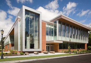 Skanska partnered with University of Portland and Soderstrom Architects to provide a facility that features a climbing area with a 40-foot glazed wall, elevated running deck, sunken basketball court, exercise studios and a weight/strength training gym. (Stephen Cridland)