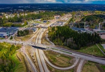 The new ring road in Lahti has added to Skanska's already extensive experience on large-scale infrastructure projects. The enormous roadworks site includes, for example, more than a kilometre of tunnel structures, some of which are built under residential buildings. The project is applying for the CEEQUAL certificate and is therefore aiming at minimising its carbon footprint, protecting groundwater, and preserving the surrounding biodiversity.
